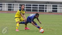 Gelandang Jawa Barat, Gian Zola (kanan) terjatuh saat berebut bola dengan pemain Jawa Tengah di laga perdana sepakbola Grup A PON XIX Jabar di Stadion Pakansari, Bogor, Rabu (14/6). Jawa Barat unggul 2-1 atas Jawa Tengah. (Liputan6.com/Helmi Fithriansyah)