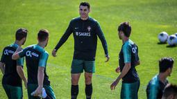 Penyerang Portugal Cristiano Ronaldo (tengah) latihan bersama rekan-rekannya jelang menghadapi Luksemburg pada laga kualifikasi Euro 2020 di Oeiras, Portugal, Rabu (9/10/2019). Portugal akan menghadapi Luksemburg di Estadio Jose Alvalade pada 12 Oktober 2019. (Patricia De Melo Moreira/AFP)