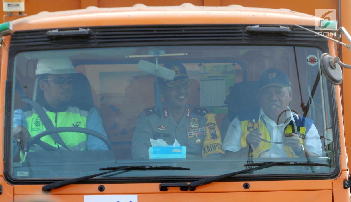 Menteri PUPR Basuki Hadimuljono (kanan) dan Kapolda Jateng Irjen Pol Condro Kirono (tengah) menaiki truk saat melintasi Jembatan Kali Kuto di Batang, Jateng, Rabu (13/6). Jembatan berada di ruas tol fungsional Batang-Semarang. (Liputan6.com/Arya Manggala)