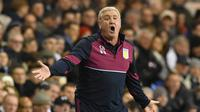 Pelatih Aston Villa, Steve Bruce memberikan arahan kepada pemainnya saat melawan Tottenham Hotspurs pada aga FA Cup di White Hart Lane (8/1/2017). Tottenham menang 2-0.   (AFP/Ben Stansall)
