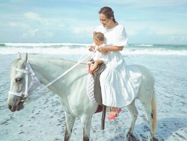 FOTO: Gaya Shandy Aulia Naik Kuda dengan Claire Herbowo, Kompak Serba Putih