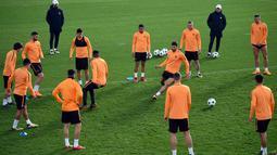 Para pemain AS Roma saat mengikuti sesi latihan di tempat latihan Trigoria di kota Roma (12/3). Pada Leg pertama 16 besar Liga Champions, Roma kalah 2-1 di kandang Shakhtar Donetsk. (AFP Photo/Filippo Monteforte)