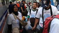 Peserta mudik gratis PT KAI bersiap menaiki kereta Brantas Lebaran di Stasiun Senen, Jakarta, Selasa (5/6). Bagi masyarakat yang ingin mengikuti program ini, keberangkatan 6-7 Juni 2018 masih tersedia kuota 179 orang. (Liputan6.com/Angga Yuniar)
