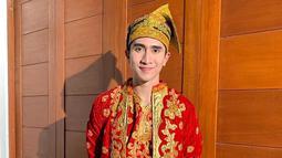Ketampanan anak Venna Melinda kelahiran 11 September 1996 semakin terlihat saat mengenakan pakaian adat khas Minangkabau berwarna merah. Verrell banjir pujian saat mengunggah foto dirinya memakai pakaian adat ini. (Liputan6.com/IG/@bramastavrl)