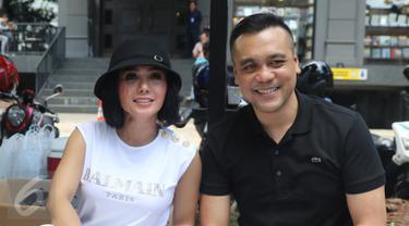 Penyanyi Yuni Shara dan kekasihnya, Chico Hakim ditemui saat peresmian usaha makanan di kawasan Kemang, Jakarta, Senin (18/4). Yuni dan mantan suami Wanda Hamidah itu membuka usaha kuliner bersama berkonsep foodtruck. (Liputan6.com/Herman Zakharia)