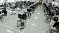 Suasana Ujian Tulis Berbasis Komputer (UTBK) gelombang pertama di Kampus Fakultas Teknik UPN Veteran Jakarta, Cinere, Depok, Jawa Barat, Minggu (5/7/2020). UTBK 2020 salah satu syarat bagi calon mahasiswa yang mendaftar melalui SBMPTN. (merdeka.com/Arie Basuki)