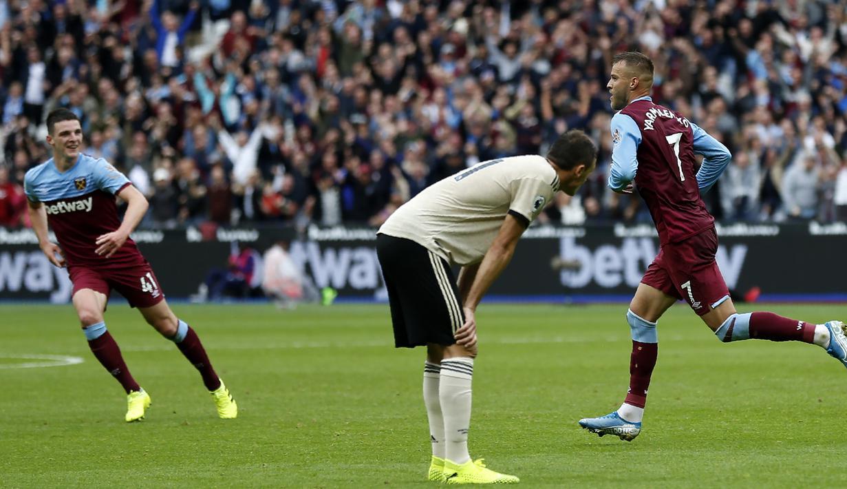 Striker West Ham, Andriy Yarmolenko, merayakan gol yang dicetaknya ke gawang Manchester United pada laga Premier League di Stadion London, London, Minggu (22/9). West Ham menang 2-0 atas MU. (AFP/Ian Kington)
