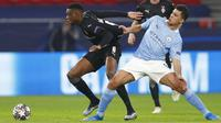 Pemain Manchester City, Rodrigo, berebut bola dengan pemain Borussia Moenchengladbach, Denis Zakaria, pada laga Liga Champions di Puskas Arena, Kamis (25/02/2021). City menang dengan skor 2-0. (AP/Laszlo Balogh)