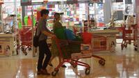 Pembeli mendorong troli berisi barang belanjaan di pusat perbelanjaan Kuningan, Jakarta, Selasa (2/3/2021). Pada Februari 2021, Badan Pusat Statistik (BPS) mencatat laju inflasi sebesar 0,1 persen. Inflasi tersebut turun dari Januari 2021 yang mencapai 0,26 persen. (merdeka.com/Imam Buhori)