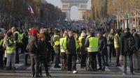 Kelompok demonstran berjaket kuning memblokade banyak jalan di Prancis dalam aksi protes menentang kenaikan harga BBM, 17-18 November 2018 (AP/Michel Euler)