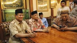 Bakal calon Presiden Prabowo Subianto dan Bakal Cawapres Sandiaga Uno berbincang dengan Ketum PBNU KH Said Aqil Siroj saat kunjungan ke kantor PBNU, Jakarta, Kamis (16/8). (Liputan6.com/Faizal Fanani)
