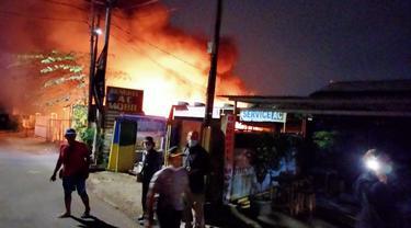 Gudang mebel hangus dilalap api di Jalan Pulo Gebang, Cakung, Jakarta Timur. Kebakaran diduga disebabkan percikan petasan.