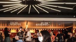 """Sejumlah orang terlihat di bioskop """"Belas Artes"""" yang dibuka kembali di Sao Paulo, Brasil (10/10/2020). Dibukanya Bioskop seiring menurunnya kasus coronavirus baru (COVID-19) serta tingkat okupansi di rumah sakit, demikian diumumkan otoritas setempat pada Jumat (9/10). (Xinhua/Rahel Patrasso)"""