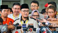 Ketua PP Pemuda Muhammadiyah, Dahnil Anzar (tengah) memberikan keterangan pers kepada media di KPK, Jakarta, Kamis (19/5). Kedatangannya meminta agar KPK menelisik asal muasal uang Rp100 juta pemberian Densus 88 tersebut. (Liputan6.com/Yoppy Renato)