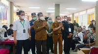 Wali Kota Pekanbaru Firdaus meninjau pemberian vaksin Covid-19 kepada warga. (Liputan6.com/Istimewa)