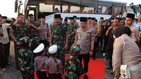 Panglima TNI Marsekal Hadi Tjahjanto bersama Kapolri Jenderal Tito Karnavian mengunjungi Kota Medan, Selasa (14/5/2019). (LIputan6.com/ Reza Efendi)
