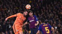 Duel udara antara Lucas Tousart dan Sergi Roberto pada leg kedua, babak 16 besar Liga Champions yang berlangsung di Stadion Camp Nou, Barcelona, Kamis (14/3). Barcelona menang 5-1 atas Lyon. (AFP/Josep Lago)