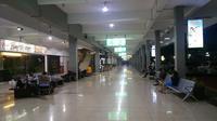 Sejumlah penumpang tampak bermalam menunggu keberangkatan pesawat menuju Ambon yang dijadwalkan pukul 06.00 WIB pagi nanti. (Liputan6.com/Nanda Perdana Putra)