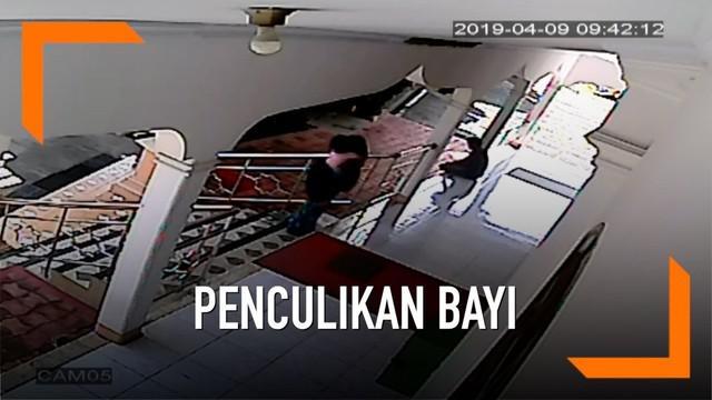 Seorang wanita terekam cctv saat menculik seorang balita di halaman masjid.