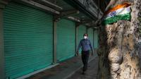 """Warga berjalan di pasar yang ditutup dalam periode jam malam umum di New Delhi, 22 Maret 2020. Berdasarkan imbauan PM India Narendra Modi, masyarakat mematuhi """"Jam Malam Umum"""" pada hari Minggu untuk meminimalkan perkumpulan massa dan memastikan dilakukannya pembatasan sosial. (Xinhua/Javed Dar)"""