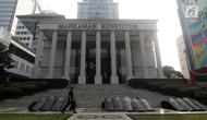 Personil Brimob berjalan melintasi halaman depan Gedung Mahkamah Konstitusi, Jakarta, Kamis (13/6/2019). Mahkamah Konstitusi akan menggelar sidang Perselisihan Hasil Pemilihan Presiden/Wakil Presiden Pemilu 2019 pada, Jumat (14/6). (Liputan6.com/Helmi Fithriansyah)