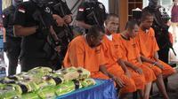 Sejumlah tersangka dihadirkan dalam pemusnahan barang bukti narkoba jenis sabu dari jaringan Penang Malaysia di Gedung BNN, Jakarta Timur, Jumat (26/1). Dalam kasus ini BNN menangkap 4 tersangka dari dua lokasi yang berbeda. (Liputan6.com/Arya Manggala)