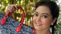 Bella Saphira membawa tas multiguna dengan motif megamendung dalam berbagai kesempatan (Dok.Instagram/@bellasaphiraofficial/https://www.instagram.com/p/CE_X-c0n_Ml/Komarudin)