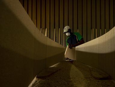 Sphiwe Maseko membuat peti mati di bengkelnya, Evaton, selatan Johannesburg, Afrika Selatan, Senin (15/2/2021). Maseko mengatakan, bahan dan biaya pembuatan peti mati telah naik karena pemasok yang lebih sedikit dampak pandemi COVID-19. (AP Photo/Themba Hadebe)