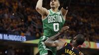 Aksi pemain Celtics, Jayson Tatum (0) melakukan tembakan saat diadang pemain Cavaliers, LeBron James (23) pada laga final Wilayah Timur NBA basketball di Quicken Loans Arena, Clevelan, (19/5/2018). Cavaliers menang 116-86. (AP/Tony Dejak)
