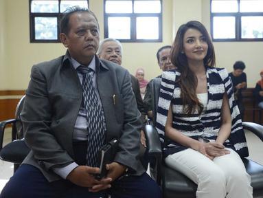 Aktris Tsania Marwa didampingi kuasa hukumnya saat menjalani sidang cerai di Pengadilan Agama Cibinong, Jawa Barat, Senin (15/08). (Liputan6.com/Herman Zakharia)