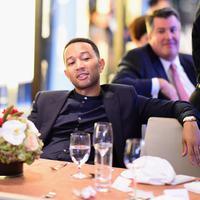 Chrissy Teigen sempat menggemparkan karpet merah American Music Awards 2016 dengan gaunnya yang tertiup angin dan bagian intimnya terlihat. Sebagai seorang suami, John Legend tidak pusing dengan kejadian itu. (AFP/Bintang.com)