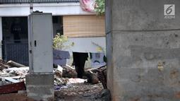 Gardu listrik berubah menjadi lokasi jemur pakaian pemulung di kolong jalan Tol Becakayu di kawasan Kalimalang, Rabu (10/4). Minimnya pengawasan dan penertiban pemerintah menyebabkan kolong Tol Becakayu di kawasan tersebut dipenuhi oleh pemulung. (merdeka.com/Iqbal S. Nugroho)