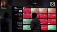 Karyawan melihat layar Indeks Harga Saham Gabungan (IHSG) di Bursa Efek Indonesia, Jakarta, Jumat (22/1/2021). Sebanyak 111 saham menguat, 372 tertekan, dan 124 lainnya flat. (Liputan6.com/Johan Tallo)