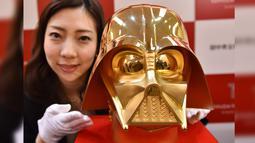 Pembuatan topeng emas dibuat karena banyak sekali pecinta film Star Wars di Jepang terutama tokoh Darth Vader sangat populer di Jepang, Selasa (25/4). (AFP Photo/Kazuhiro NOGI)