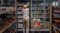 Pegawai menata produk Usaha Mikro, Kecil, dan Menengah (UMKM) yang dijual di M Block Market, Jakarta, Minggu (14/3/2021). M Block Market merupakan toko swalayan yang menjual 70 persen berbagai produk buatan dalam negeri. (Liputan6.com/Faizal Fanani)