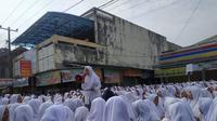 Ribuan Santri Ponpes Miftahul Huda, Manonjaya, Tasikmalaya menggeruduk Toko Modern Indomart lantaran rekannya dituduh mencuri (Foto: Liputan6.com/Jayadi Supriyadin)