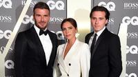 David Beckham tampil dengan tuksedo hitam bersama istri dan anaknya. Ia disebut mirip James Bond (Dok.Instagram/@davidbeckham/https://www.instagram.com/p/B19ltX4FUyH/Komarudin)