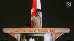 Video mapping Presiden RI Soekarno menghiasi Tugu Monas, Jakarta, Senin (13/8). Memeriahkan Asian Games 2018 video mapping dapat disaksikan pada Sabtu dan Minggu dari tanggal 17 Agustus - 2September. (Liputan6.com/Immanuel Antonius)
