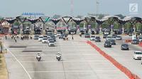 Kendaraan mengikuti arahan rekayasa lalu lintas jalur satu arah (one way) di Gerbang Tol Palimanan, Cirebon, Jawa Barat, Jumat (7/6/2019). Rekayasa lalu lintas di H+3 Lebaran itu dilakukan guna mengantisipasi adanya kemacetan saat arus mudik di Jalan Tol Trans Jawa. (Liputan6.com/Immanuel Antonius)