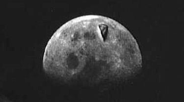 Benda berbentuk segitiga yang terdapat di Bulan menimbulkan spekulasi bahwa obyek tersebut merupakan UFO
