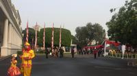 Tamu undangan mulai berdatangan untuk menghadiri Upacara Peringatan Detik-detik Proklamasi di   Halaman Istana Merdeka, Jakarta, Sabtu (17/8/2019) pagi. (Liputan6.com/Lizsa Egeham)
