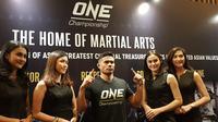 Mantan pegulat nasional, Eko Roni Saputra, diperkenalkan ke media sebagai petarung One Championship. (Bola.com/Zulfirdaus Harahap)