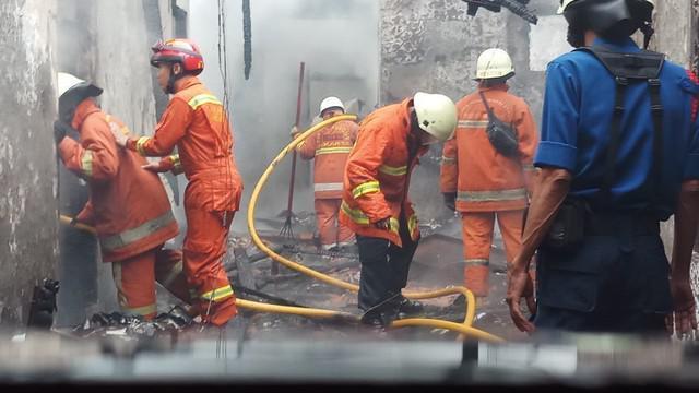Sebuah rumah terbakar di kawasan Hang Lekir, Jakarta.