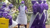 Demi melindungi warganya, Bupati Tuban mengeluarkan kebijakan sanksi membayar Rp250 ribu dan dipaksa mengurus jenazah Covid-19 bagi yang tidak memakai masker saat berada di luar rumah. (Liputan6.com/ Ahmad Adirin)