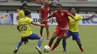 Gelandang Persija Jakarta, Bruno Matos, menggiring bola saat melawan 757 Kepri Jaya pada laga Piala Indonesia di Stadion Patriot Bekasi, Jawa Barat, Rabu (23/1). Persija menang 8-2 atas Kepri. (Bola.com/Yoppy Renato)