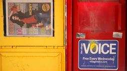 Sebuah kios surat kabar Village Voice terlihat di trotoar jalan di Manhattan, AS (22/8). Kini surat kabar Village Voice mengumumkan bahwa mereka tidak lagi menerbitkan edisi cetak. (Drew Angerer/Getty Images/AFP)