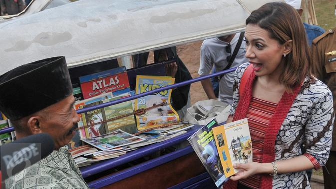 Duta Baca Indonesia, Najwa Shihab berbincang dengan Kimong pemilik bemo yang dijadikan perpustakaan di RTPRA Kalijodo, Jakarta, Selasa (2/5). (/Yoppy Renato)