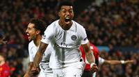 Bek Paris Saint-Germain, Presnel Kimpembe berselebrasi setelah mencetak gol ke gawang Manchester United pada leg pertama 16 besar Liga Champions di Stadion Old Trafford, Selasa (12/2). Manchester United berhasil dikandaskan PSG, 0-2 (AP/Dave Thompson)
