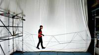 Suatu perusahaan teknologi Swiss mengembangkan cara menggunakan sejumlah drone untuk bekerjasama membangun jembatan tali.