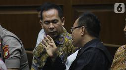 Tubagus Chaeri Wardana (kiri) jelang menjalani sidang dakwaan kasus dugaan korupsi terkait pengadaan alat kesehatan di Pemprov Banten dan Pemkot Tangerang Selatan serta Tindak Pidana Pencucian Uang di Pengadilan Tipikor, Jakarta, Kamis (31/10/2019). (Liputan6.com/Helmi Fithriansyah)